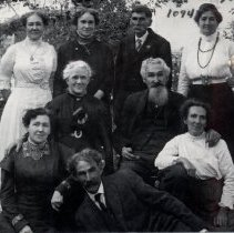 Image of Unidentified family  9 members Hall 1094
