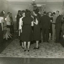 Image of 1983.829 - Groups talking during President's freshmen reception 1947