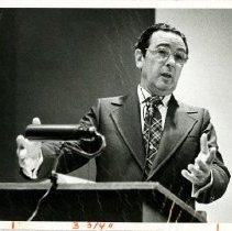 Image of Irvin M. Korr Giving Lecture