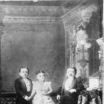 Image of N10323 - REMARKS:Tom Thumb(?) and two other midgets.