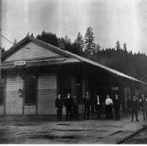"Image of N1086 - REMARKS:Southern Pacific Depot and crew, Drain, Ore., 1907. Pictured left to right: Operator Reagon; Harry ""Sox"" Eccleston; G. Vest Sanders; Paul Sterling; Lute Tayler; Mr. and Mrs. Bassett; Jake Culy (operator?)"