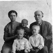 Image of N10919 - REMARKS:Thomas E. & Bessie Hollamon with children, Ezekiel, Elizabeth & William. September 1914.  OBJECT DATE:September 1914