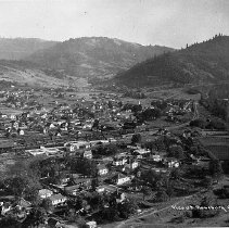Image of N16809 - REMARKS:Elevated view of Roseburg, OR, ca 1915. South Umpqua River at right.  OBJECT DATE:ca 1915