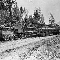 Image of N25783 - Loading logs onto a log truck, Robert Dollar Co., Glendale, OR, April, 1957