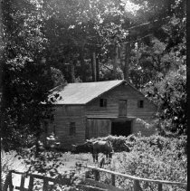 Image of N3264 - REMARKS:Unidentified barn at entrance to bridge.