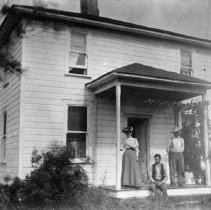 Image of N4009 - REMARKS:John & Kitty Kent and Fred Riley. Kent house. 1907.
