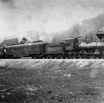 Image of N5063 - REMARKS:Southern Pacific No. 1385 and two official cars at Glendale, Ore. (Neg. does not have smudges that earlier copy has.)