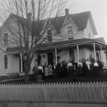 Image of N8872 - REMARKS:Fate house and family, Myrtle Creek, Or.