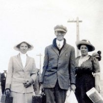 Image of UNRA-P3513-10 - An unidentified man and two women facing the camera (July 13, 1912)