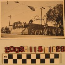 Image of 2009.115.1.28 - A float of unknown affiliation at the Pasadena Tournament of Roses parade, 1 January 1924