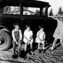 Image of 96.7.51.2 - FOUR KNEVEN KIDS BY AN AUTOMOBILE