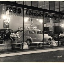 Image of 1939 Lincoln Zephyr and Mercury displays at auto dealership