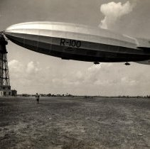 Image of Dirigible R-100 docked/tethered