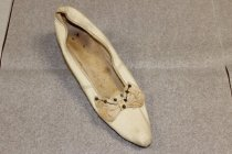 Image of 89.4.001b left shoe