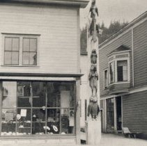 Image of Hat Store and Totem Pole