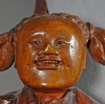 Image of Smiling face of the attendant figure to the right of Li