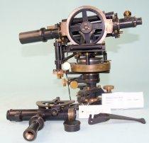 Image of BOUSSOLETACHYMETER. Instrumentet er yderligere forsynet med en tangentmikrometerskrue. Instrumentet er brugt til undervisning.