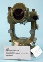 Image of DK-RT. Reduktionstachymeter fra KERN. Kikkertforstørring 27 x. Instrumentet måler til vandret stadie og benyttes på et kuglehovedstativ. Instrumentet er brugt til undervisning.