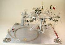Image of Olfaktometer - Anvendt i forbindelse med luftkvalitetsforskning. Man sætter næsen ned til kolben, formet efter næsens form og snuser ind. Luftkvalitetsforskningen resulterede i at Professor Ole Fanger i 1987 kunne præsentere to nye enheder, olf og decipol til kvantificering af luftkvalitet.