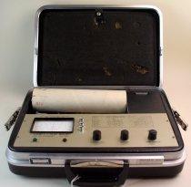 Image of Comfy-test - Bærbar komfortmåler kaldet Comfy-test udviklet af bl.a.Thomas Lund Madsen og Jørgen S.R. Nielsen. Comfy-testen var en bærbar model med håndtag.  Låget er mærket RECI. I 1962 blev Jørgen Nielsen ansat hos ingeniørfirmaet Reci A/S. Reci lavede hovedsagligt teknologi til opvarmning, kedler og lignede. Firmaet blev interesseret i komfort instrumenterne og begyndte at udvikle den til et kommercielt produkt. Kund Linde var hovedkræften i udviklingen af det endelige produkt. Thomas Lund Madsen var dog stadig involveret.