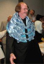 """Image of Fanger, Ole   - Professor Ole Fanger fremviste """"doktor-dragt"""" ved en reception på DTU, 14. juni 2001. Dragten stammede fra  hans udnævnelse til Honoris Causa på Universitet Coimbra, i Portugal. Han var den første dansker i universitetets 700 årige historie til at modtage doktortitlen og den dertil hørende (og specialsyet) klædedragt. Udnævnelsen fandt sted ved en spektakulær ceremoni, hvor alle var iført universitetets ceremonielle dragter."""