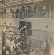 Image of Steamer CHIPPEWA -- passengers disembarking