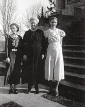 Image of D.I.025.002 - center: E. Luella Howard, 1st librarian