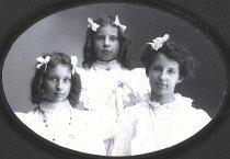Image of Clara, Dora, and Hilda Voitus
