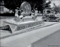 Image of 1947 official Marineers Pageant float and girls