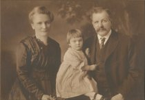 Image of 2012.098.156 - Unknown family portrait