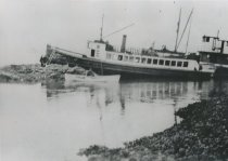 Image of D.IX.078.002 - grounded boat