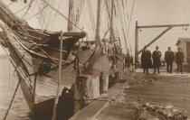 Image of D.IX.166 - Four men beside a schooner