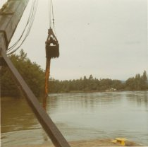 Image of D.XXV.166.001 - W.T. PRESTON lifting a snag