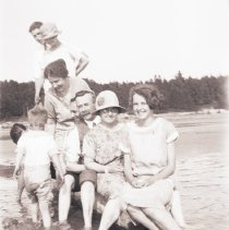 Image of Robert, Rena, George and Jean Hillmer at Southampton beach