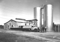 Image of Richfield Oil distributor