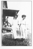 Image of Addie, Amelia, and Lon Follett at the Danbury ranch