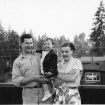 Image of 0348 - Graves family in front of Log Cabin Inn
