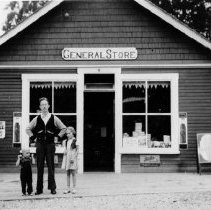 Image of 0567 - Mr Stirrat and children 1940