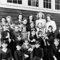 Image of 0573 - Roche Point students, c1940