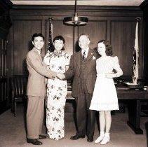 Image of Anna May Wong and Mayor Claude Crawford - 1941/06/16
