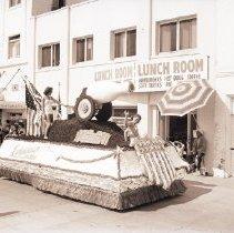 Image of Mardi Gras Parade Float, Ocean Front Walk in Venice - 1941/08/16
