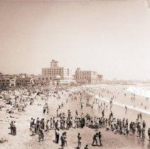 Image of Crowd at Santa Monica Beach, 1944 - 1944/06/11