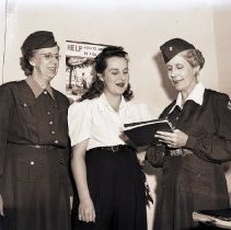 Image of Volunteer Farmerette with American Women's Voluntary Service, 1942 - 1942/09/25