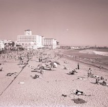 Image of Crowd on Santa Monica Beach, 1941 - 1941/04/08