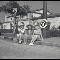 Image of Bathing Beauties Posing on Route 66, Beverly Hills - 1938/08/01
