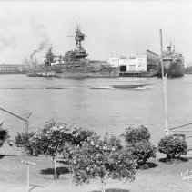 """Image of 2009.16.0771-H - A TELEPHOTO VIEW LOOKING NORTHEASTERLY FROM BERTH 84, SHOWING THE BATTLESHIP """"NEW YORK""""(U.S.S. NEW YORK), AT BERTH 231."""