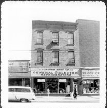 Image of [#1054 Manhattan Avenue.] - John D. Morrell photographs