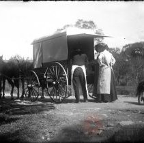 Image of [Delivery wagon and housewives] - William Koch glass plate negatives