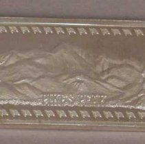 """Image of 1 oz. Silver Bar - Ingot, Commemorative.  This is a rectangular one once bar of .999 fine silver.  One side bears the image of mountains labeled, """"PIKES PEAK.""""  The entire image is enclosed in a border of flags.  The other side of the bar bears the name, """"THE HAMILTON PRINT MINT"""" with its logo above it.  The lower left corner contains the words, """"WONDER OF AMERICA VI.""""  The lower right corner contains weight and purity information."""