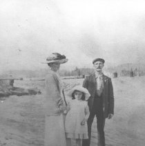 Image of 1912 - Mr. and Mrs Edwin Thomas and daughter Rose, at Joe Creek near Hotel Algonquin.